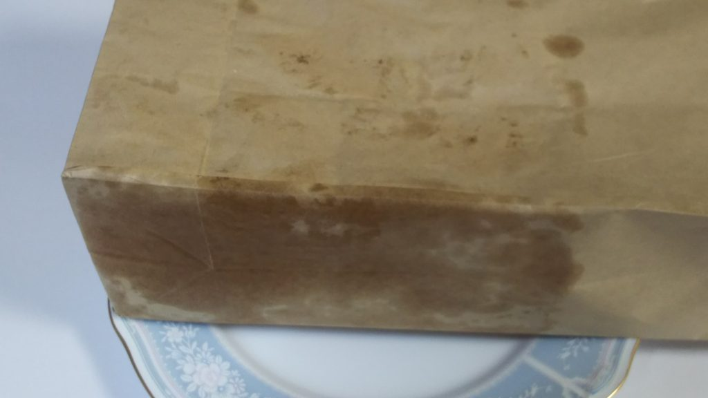 バターの染みた紙袋